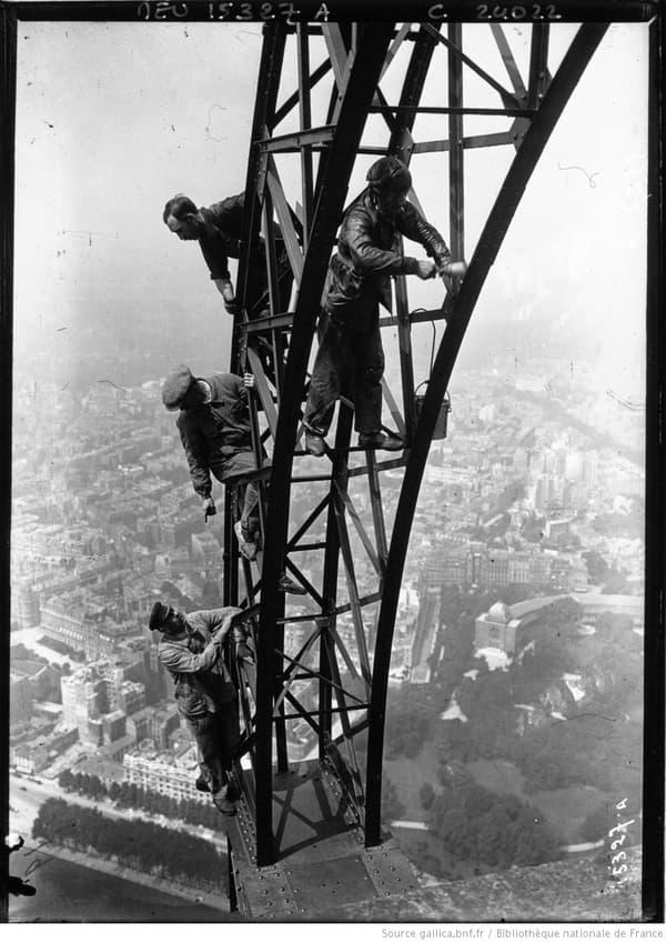 Réfection de la peinture de la tour Eiffel en 1924.