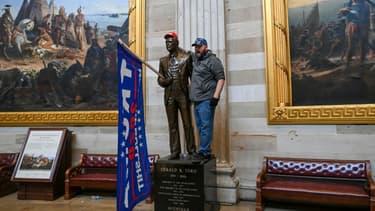 Un partisan de Donald Trump a placé un drapeau en faveur du président sortant sur une statue de la rotonde du Capitole, le 06 janvier 2021