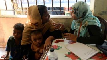 Un réfugiée rohingya discute avec une employée du planning familial bangladais à Palongkhali, au Bangladesh, le 24 octobre 2017