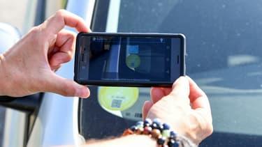 Des policiers en train de contrôler début juillet si les automobilistes disposent des bonnes vignettes Crit'Air pour rouler, lors de l'épisode de circulation différenciée.