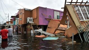 Maisons détruites et rue inondée à Juana Matos, sur l'île de Porto Rico, le 21 septembre 2017 après le passage de l'ouragan Maria