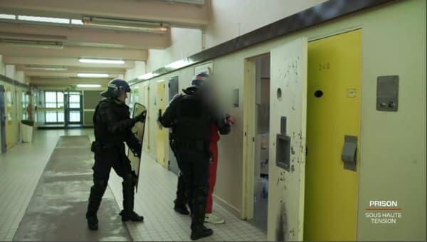Des membre de la brigade du quartier d'isolement de la maison centrale de Saint-Maur (Indre), lors de l'extraction d'un détenu.