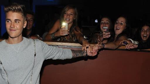Justin Bieber et des fans énamourées, le 27 juillet 2014 à Los Angeles.