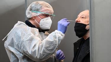 Un habitant de Roubaix subit un test contre le Covid-19, le 11 janvier 2021