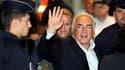 Dominique Strauss-Kahn à son arrivée à l'aéroport Charles-de-Gaulle, à Roissy. L'ancien directeur général du Fonds monétaire international (FMI) est arrivé dimanche matin à Paris en compagnie de son épouse Anne Sinclair, un retour très attendu qui marque