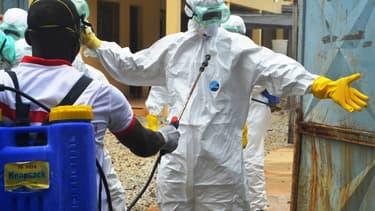 Des membres de la Croix-Rouge se préparent à transporter le corps d'une victime d'Ebola, à Conakry, le 14 septembre 2014.