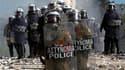 Heurts entre policiers et manifestants devant le parlement grec à Athènes. Les grévistes promettent de paralyser la Grèce pour la deuxième journée consécutive, ce jeudi, tandis que les députés s'apprêtent à voter article par article le nouveau plan d'aust