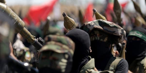 Des Palestiniens portent des roquettes lors d'une manifestation contre le processus de paix israélo-palestinien, en septembre 2013.