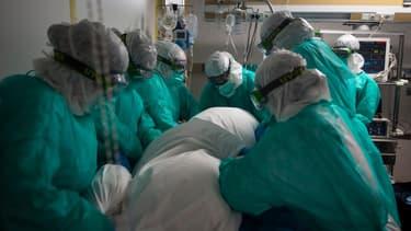 Une équipe médicale à Vigo en Espagne le 16 avril 2020