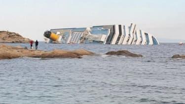 Le Costa Concordia gît toujours sur le flanc au large de l'île du Giglio.