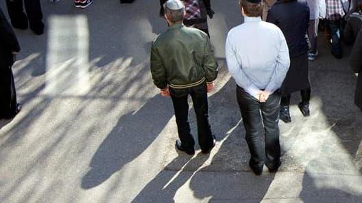 Minute de silence dans une école juive de Paris. Une marche sera organisée dimanche à Paris à l'appel des dirigeants des communautés juive et musulmane à la mémoire des victimes de la tuerie de Toulouse/Photo prise le 20 mars 2012/REUTERS/Charles Platiau