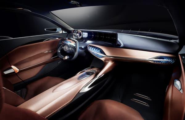 L'intérieur se veut luxueux mais sportif avec une configuration très épurée et des sièges peu épais.