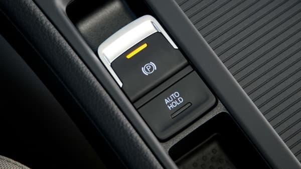 La plupart du temps, c'est un bouton de ce type qui remplace le traditionnel frein à main