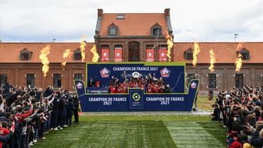 Les joueurs du Losc soulevant le trophée au Domaine de Luchin