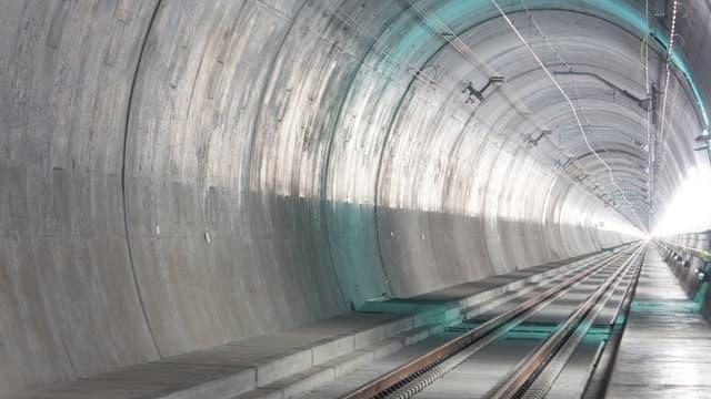 Dix-sept ans après le premier dynamitage dans la galerie principale, le plus long tunnel ferroviaire du monde a été inauguré officiellement en Suisse