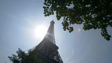 La tour Eiffel et le soleil - Image d'illustration