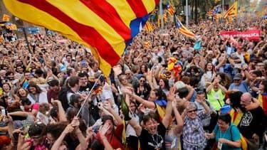 Des personnes célébrant la déclaration d'indépendance de la Catalogne le 27 octobre 2017.