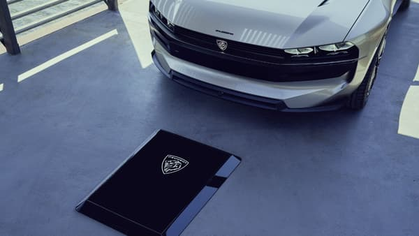Le support pour la recharge à induction tout comme la face avant du concept reprennent le logo de Peugeot dans les années 60.