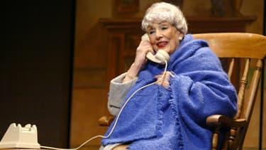 """Micheline Dax répètant, le 20 janvier 2004 au Théâtre Saint-Georges à Paris, une scène de la pièce """"Miss Daisy et son chauffeur""""."""