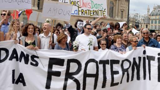 Plusieurs centaines de personnes se sont rassemblées dimanche après-midi à Paris pour prôner la paix.