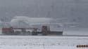 Aéroport de Francfort. Neige et froid ont encore provoqué lundi des perturbations dans le nord de l'Europe, avec des passagers bloqués dans les aéroports, des centaines de kilomètres de bouchons sur les routes et des écoles fermées./Photo prise le 20 déce