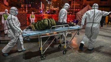 Un patient arrive à l'hôpital de la Croix Rouge à Wuhan, en Chine, le 25 janvier 2020