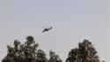 """Hélicoptère de l'armée algérienne survolant In Amenas, dans le sud-est de l'Algérie. Les forces spéciales de l'armée algérienne ont lancé samedi """"l'assaut final"""" contre les djihadistes retranchés sur le site gazier voisin de Tiguentourine, tuant onze mili"""