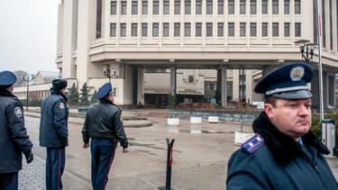 Des policiers devant le Parlement de Crimée, à Simféropol, le 27 février.