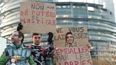 Des manifestants contre le poids des lobbies dans les décisions publiques, le 23 octobre 2018 à Strasbourg.