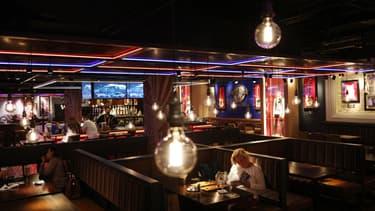 """Des clients profitent de la réouverture du """"Hard Rock Cafe"""" de Piccadilly Circus, à Londres, le 17 mai 2021"""