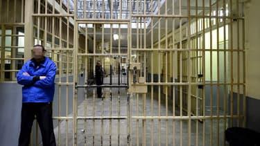 Un détenu attend près d'une porte à la prison des Baumettes, à Marseille.