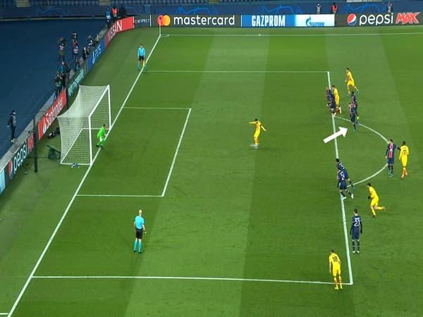 Le penalty de Messi fait rager la presse catalane, avec Verratti qui est déjà dans la demi-lune au moment de la frappe.