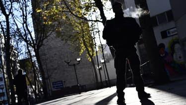 Un militaire dans le XXeme arrondissement de Paris, le 22 novembre 2015.