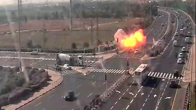 Une image de vidéosurveillance des caméras israéliennes montrant une roquette tomber sur une autoroute israélienne, ce mardi.
