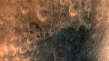La sonde indienne placée en orbite de Mars a transmis ses premières photos.