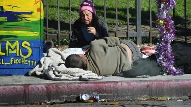 Un couple de sans-abri campe dans une rue de Los Angeles, en Californie, le 25 décembre 2018 (photo d'illustration)