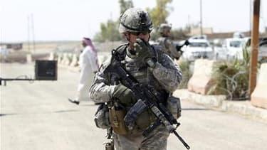 Un soldat américain en patrouille à Mossoul, en septembre 2010. Après le retrait des troupes de combat, décidé en 2010, Barack Obama devrait annoncer le retrait d'ici la fin de l'année de l'ensemble des soldats américains encore déployés en Irak. /Photo d