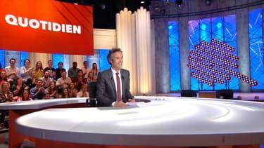 Yann Barthès sur le plateau de Quotidien sur TMC
