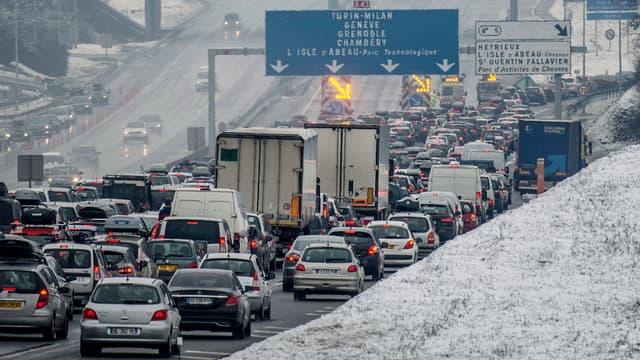 Les automobilistes sont déviés de l'A43, fermée, à Saint-Quentin-Fallavier, près de Lyon, samedi 21 février.