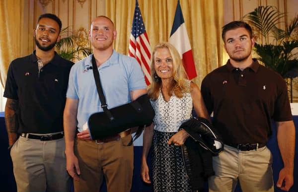 Les trois héros américains et l'ambassadrice des Etats-Unis en France, lors d'une conférence de presse.