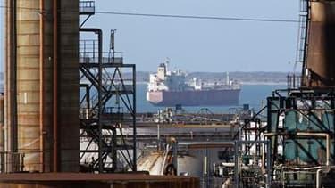 La grève dans les terminaux pétroliers du port de Marseille, qui menace la France d'une pénurie de carburant d'ici une à deux semaines, est entrée samedi dans son treizième jour. /Photo d'archives/REUTERS/Jean-Paul Pélissier