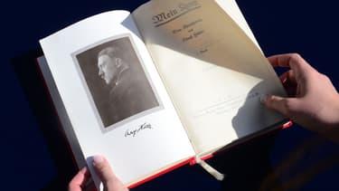 """Une rare copie de """"Mein Kampf"""", signée par Hitler."""