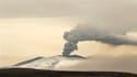 Le nouveau nuage de cendres émis depuis lundi par le volcan islandais Eyjafjöll devrait toucher le nord de l'Europe tout en épargnant la France, à l'exception de l'extrême nord de ses côtes. /Photo prise le 20 avril 2010/REUTERS/Lucas Jackson