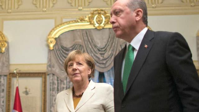 La chancelière allemande Angela Merkel et le président turc Recep Tayyip Erdogan lors d'une réunion sur la crise des migrants le 18 octobre 2015 à Istanbul. - Tolga Bozoglu - Pool - AFP