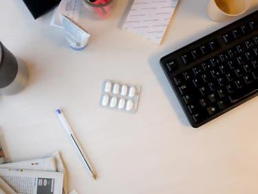 Une plaquette de médicament déposée sur un espace de travail.
