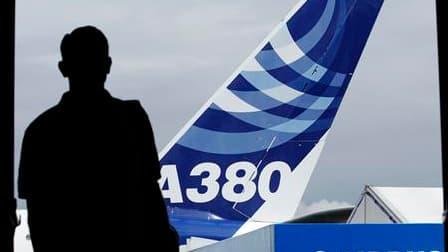 Airbus a officialisé jeudi la fin de la récession après avoir enregistré au salon de Farnborough une ultime commande de plus de trois milliards de dollars passée par Virgin Atlantic, la compagnie aérienne du magnat britannique Richard Branson. Cette comma