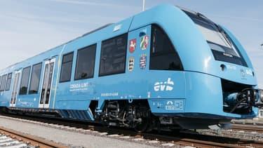 Alstom a développé Coradia iLint, train de voyageurs alimenté par une pile à hydrogène produisant de l'énergie électrique pour la traction.