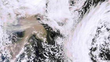 Image satellite montrant à 12 heures GMT le nuage de cendres provoqué par l'éruption du volcan islandais Grimsvötn. Selon le secrétaire d'Etat français aux Transports, Thierry Mariani, ce nuage ne présente aucun risque pour la France dans les prochaines 4