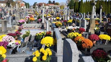 Des tombes au cimetière de Dingé.