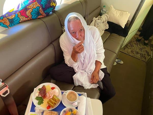 Sophie Pétronin dans l'avion la ramenant de Bamako vers Paris ce 9 octobre 2020.
